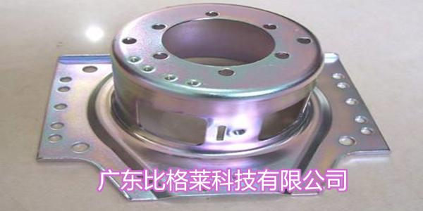 在使用碱性锌镍合金添加剂时,工件在挂钩处发黑的原因